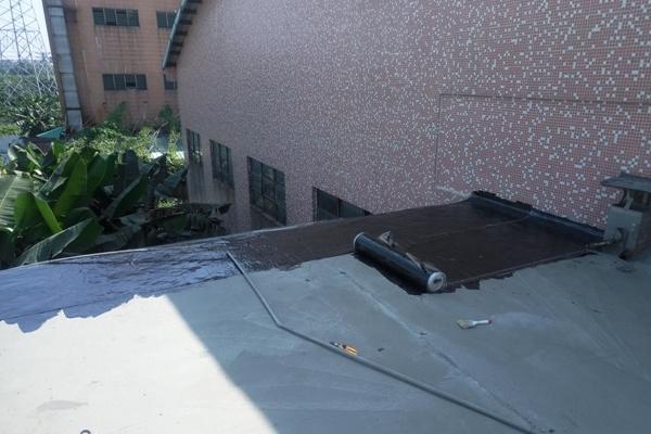 浅谈外墙板缝材料防水施工